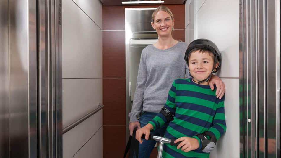 img_mom-son-modernization-elevator
